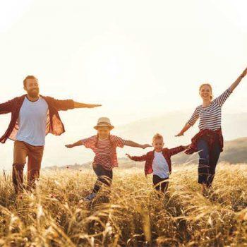 Famille courant dans les champs