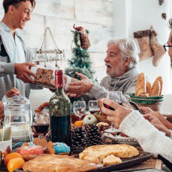 famille-autour-table-convivial