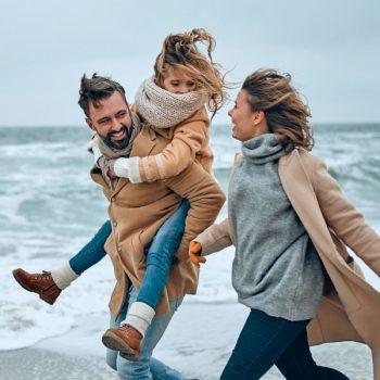 famille-heureuse-mer