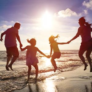 famille-a-la-plage